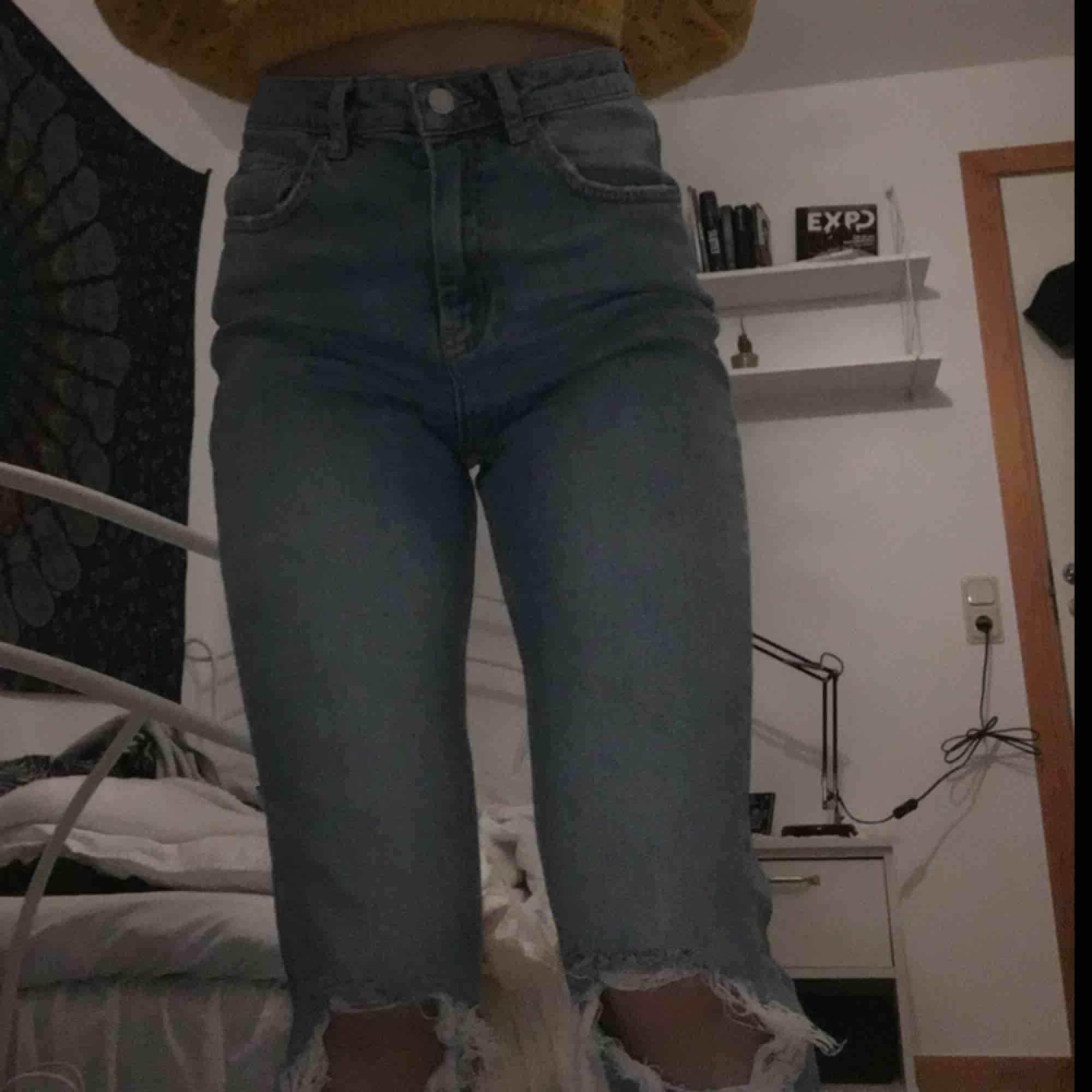 """Ett par """"slim mom-jeans"""" från gina tricot i storlek 36. Jeansen är använda max 3 gånger, jag säljer dem p.g.a. att de är stora.. Jeans & Byxor."""