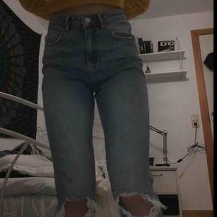 """Ett par """"slim mom-jeans"""" från gina tricot i storlek 36. Jeansen är använda max 3 gånger, jag säljer dem p.g.a. att de är stora."""
