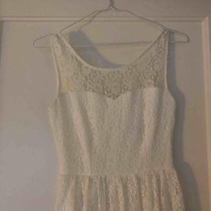 Fin spetsklänning till sommaren☀️ XS, men stor i storleken. Använd 1 gång, frakt ingår.
