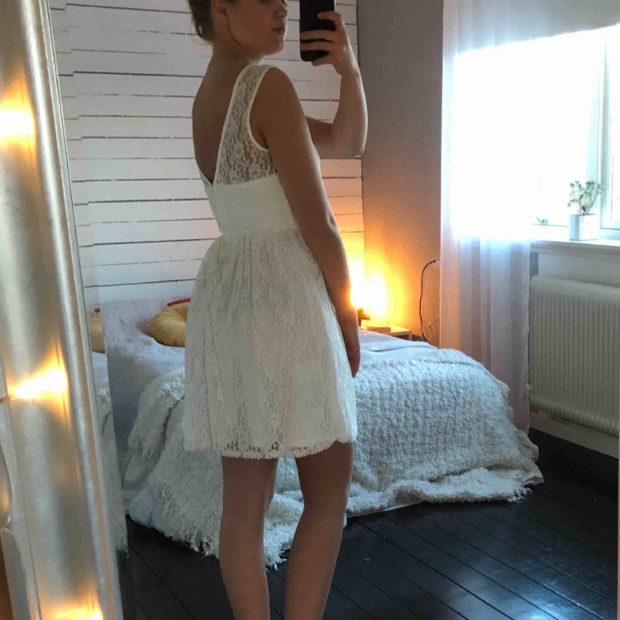Fin spetsklänning till sommaren☀️ XS, men stor i storleken. Använd 1 gång, frakt ingår.. Klänningar.