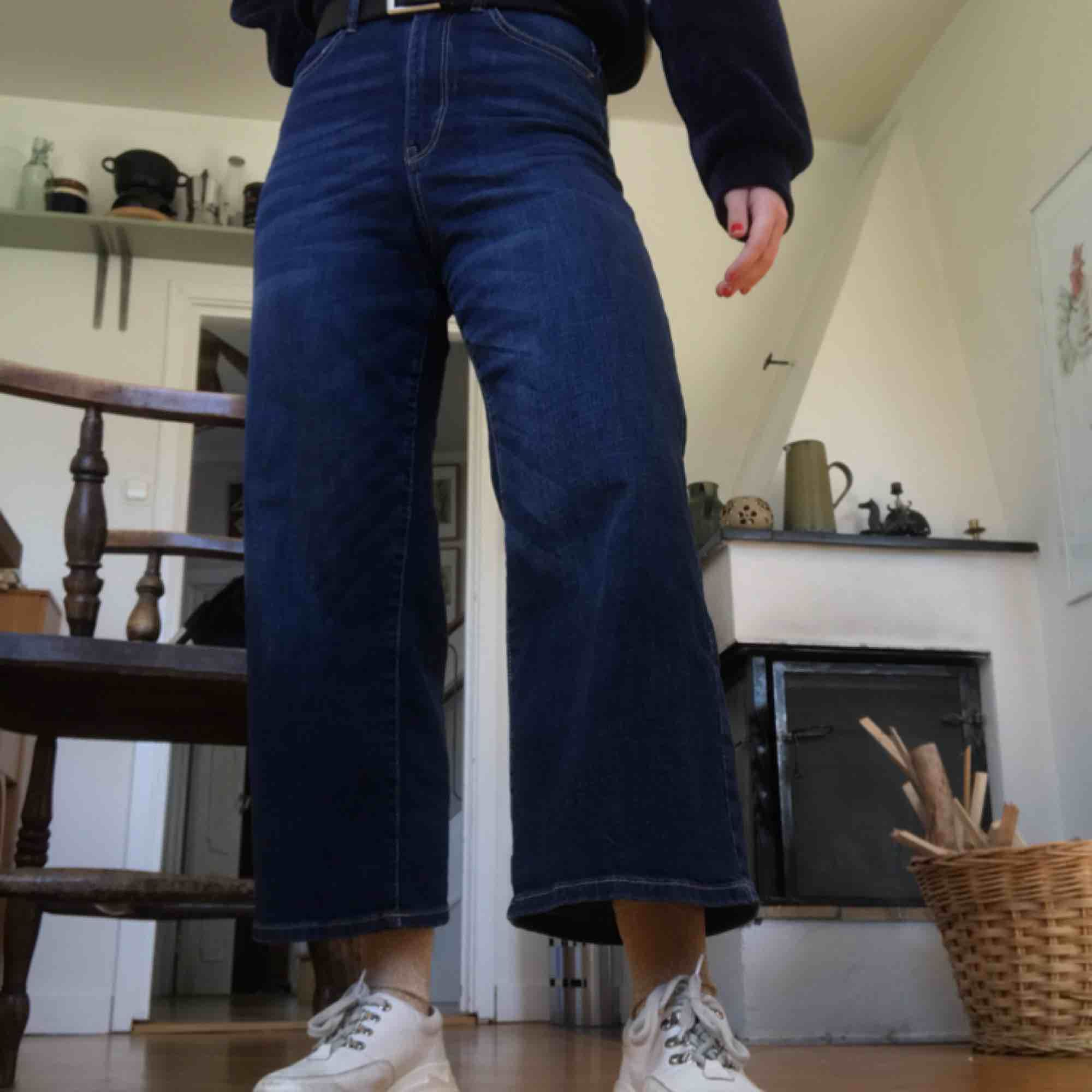 Skitsnygga Utsvängde jeans som jag köpte secondhand. Samma form på jeansen som på Ace från weekday, fast lite kortare. Aldrig använda och jättefint skick men säljer pga liknande redan. . Jeans & Byxor.