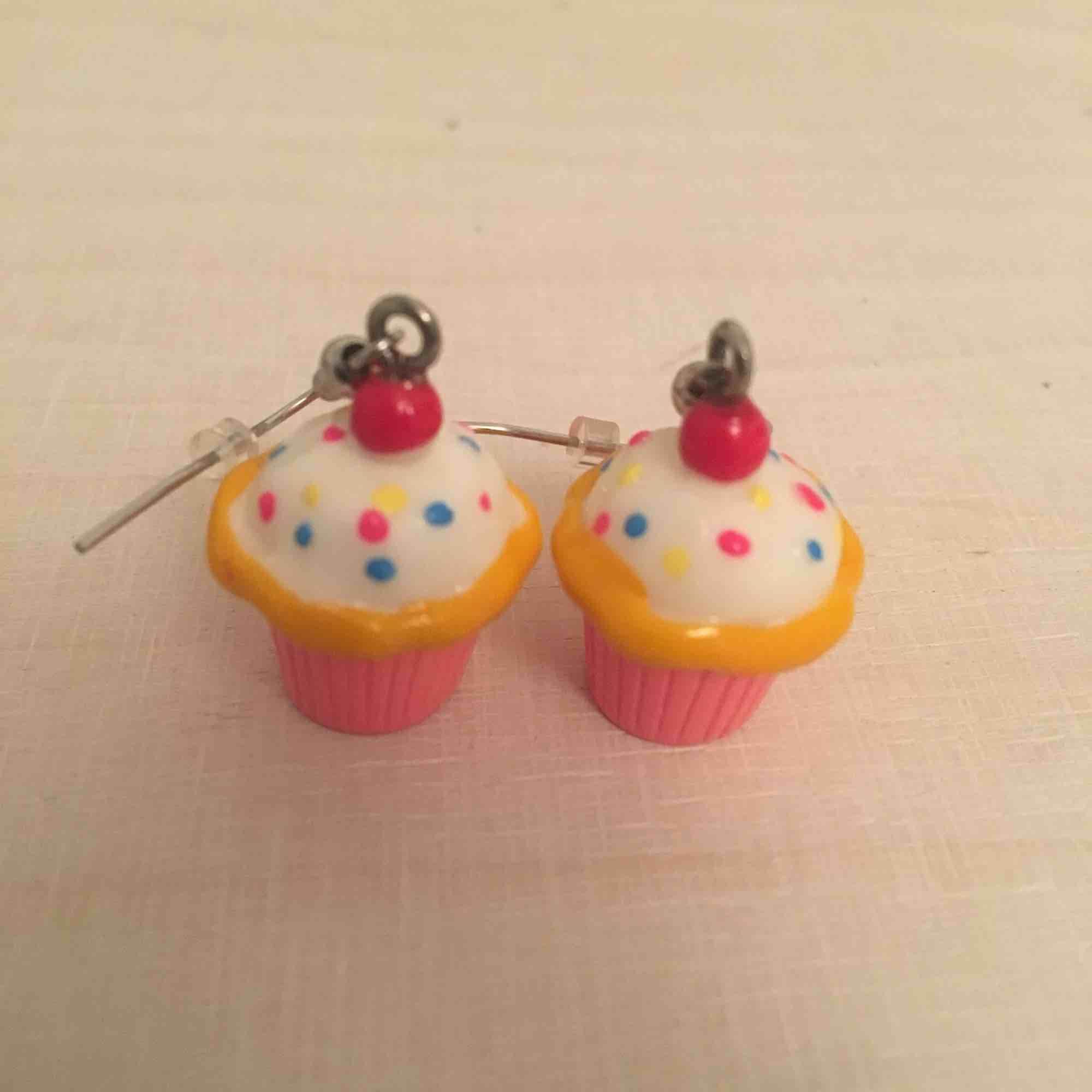 Söta örhängen med cupcakes, frakt 9 kr tillkommer🍦. Accessoarer.