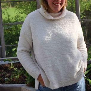 Jättemysig tröja från BikBok! Har dock ett litet hål på armen, men inget som märks.