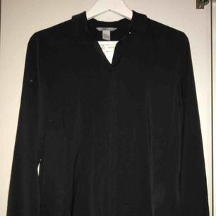 En lösare (slappare) skjorta från hm. Aldrig använd. Frakten står köparen för (20/30kr)