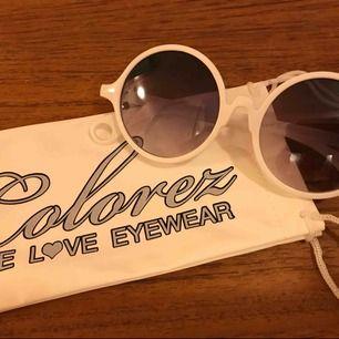 Vita stora runda solglasögon med vit solglasögonpåse. Nya och endast ett exemplar av dessa. 35:- och då bjuder jag på frakten!