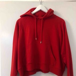 Röd bred cropped hoodie. Använd en gång. Möts gärna upp i Stockholm, köparen står annars för frakt.