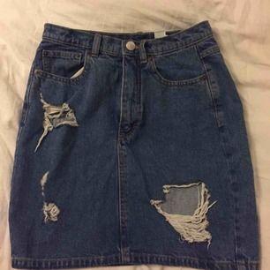 Tight, rak och ripped jeanskjol från Monki. Aldrig använd då den är lite för liten för mig! Köparen står för frakt!💕