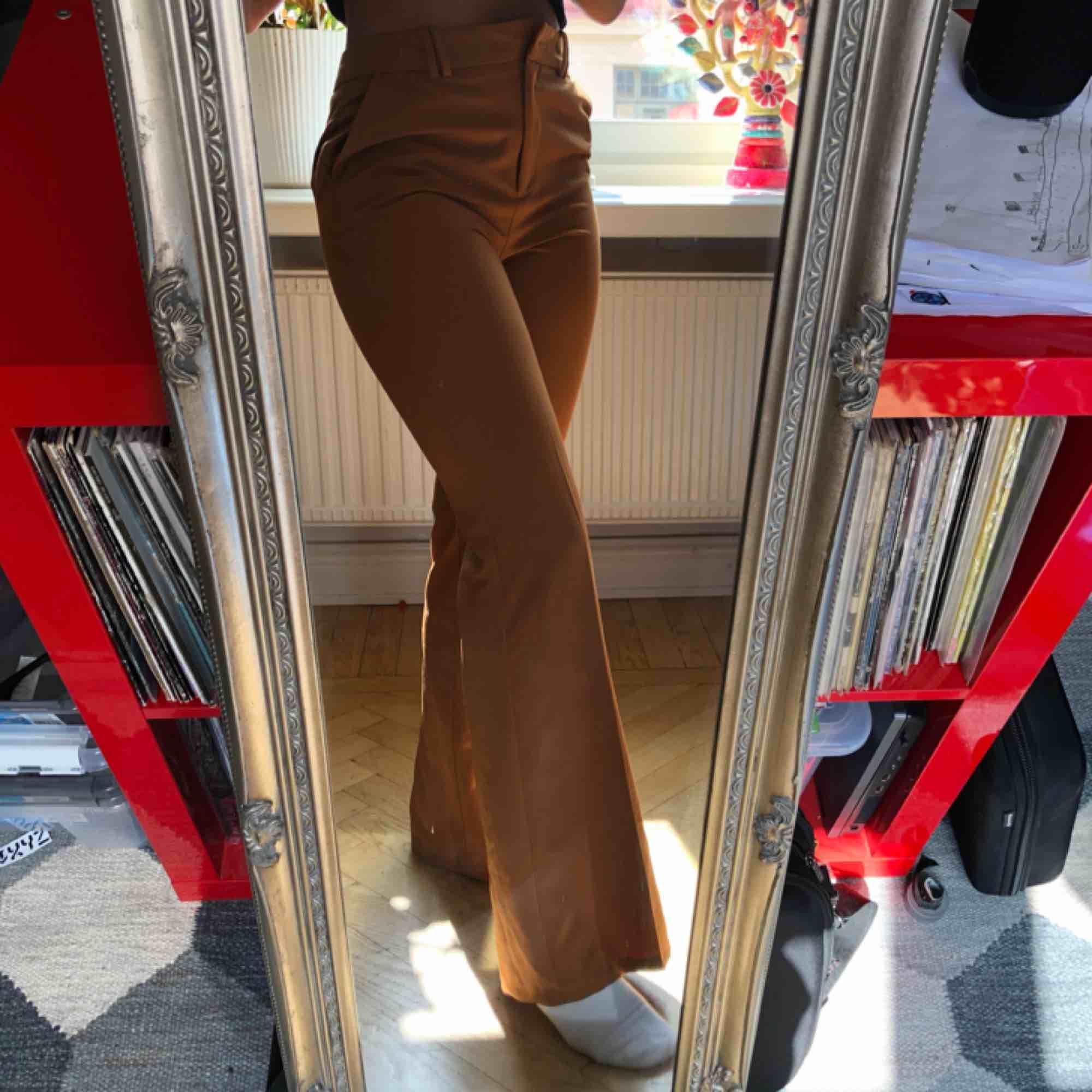 Fina byxor använda enstaka gång, som nya. Dock fattas en knapp upptill med det går att laga.   Köparen står för frakt.. Jeans & Byxor.