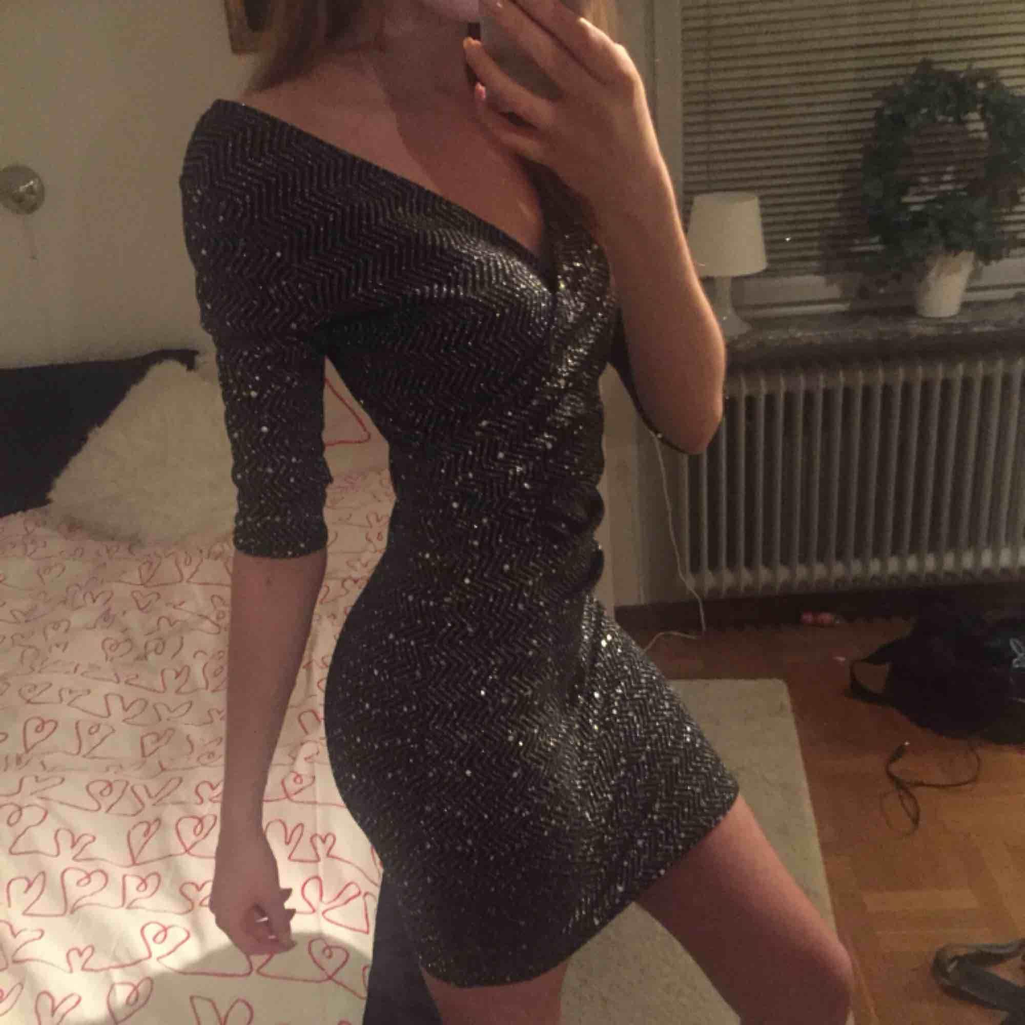 En jättefin, tajt, glittrig paljettklänning i stretchit matrial. Den har en v-formad urringning och går strax över knänen på mig. Köpt på SALT men märket är SisterS. Tycker den är väldigt fin men behöver den inte längre. Möts upp i Stockholm! :). Klänningar.