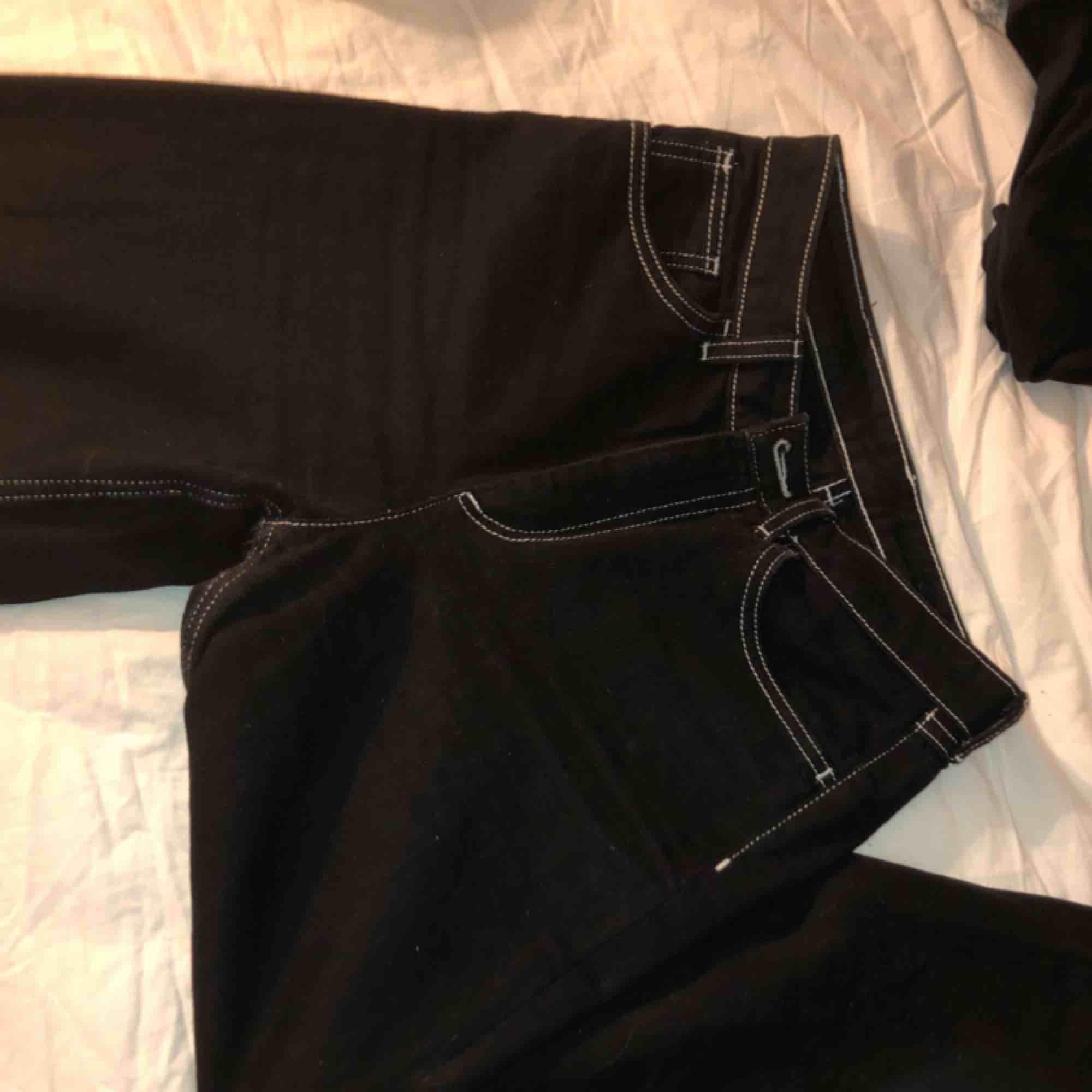 jättesnygga jeans från Monki med vita sömmar!! Säljer för att jag råkade köpa fel storlek. Frakten är 60 kr, men kan möta upp vid köp i Kalmar! . Jeans & Byxor.