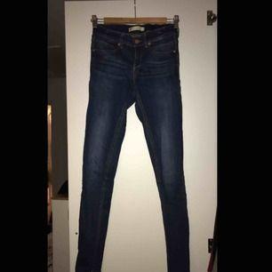 Molly jeans från GinaTricot (högmidjade) frakten står köparen för