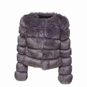 Skitsnygg superboujee mörkgrå fake fur jacka från Chelsea köpt från Miinto! Helt ny, aldrig använd 😭 Nypris 1000 kr 😅 Mer grå i verkligheten, med lika toner 🤩