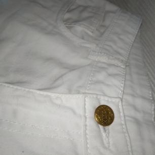 Säljer mina vita shorts som har aldrig kommit till använda pga fel storlek 🙂 Den säger att det är 170(cm), och det känns som om det skulle passa en mindre S eller en XS, låg midja ✨ Frakt tillkommer ✨🏡