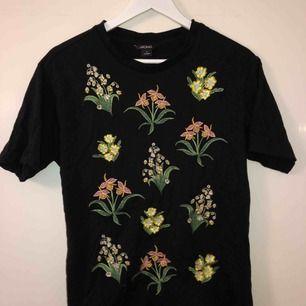 Fin svart t-shirt med broderade detaljer. Otroligt bekvöm. Köparen står för frakt, möts i centrala Stockholm