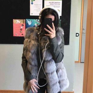 Lyxig grå faux fur väst 🤩 Köpt från Montii. Nyskick, använd ett fåtal gånger! Frakt ingår i priset ❤️