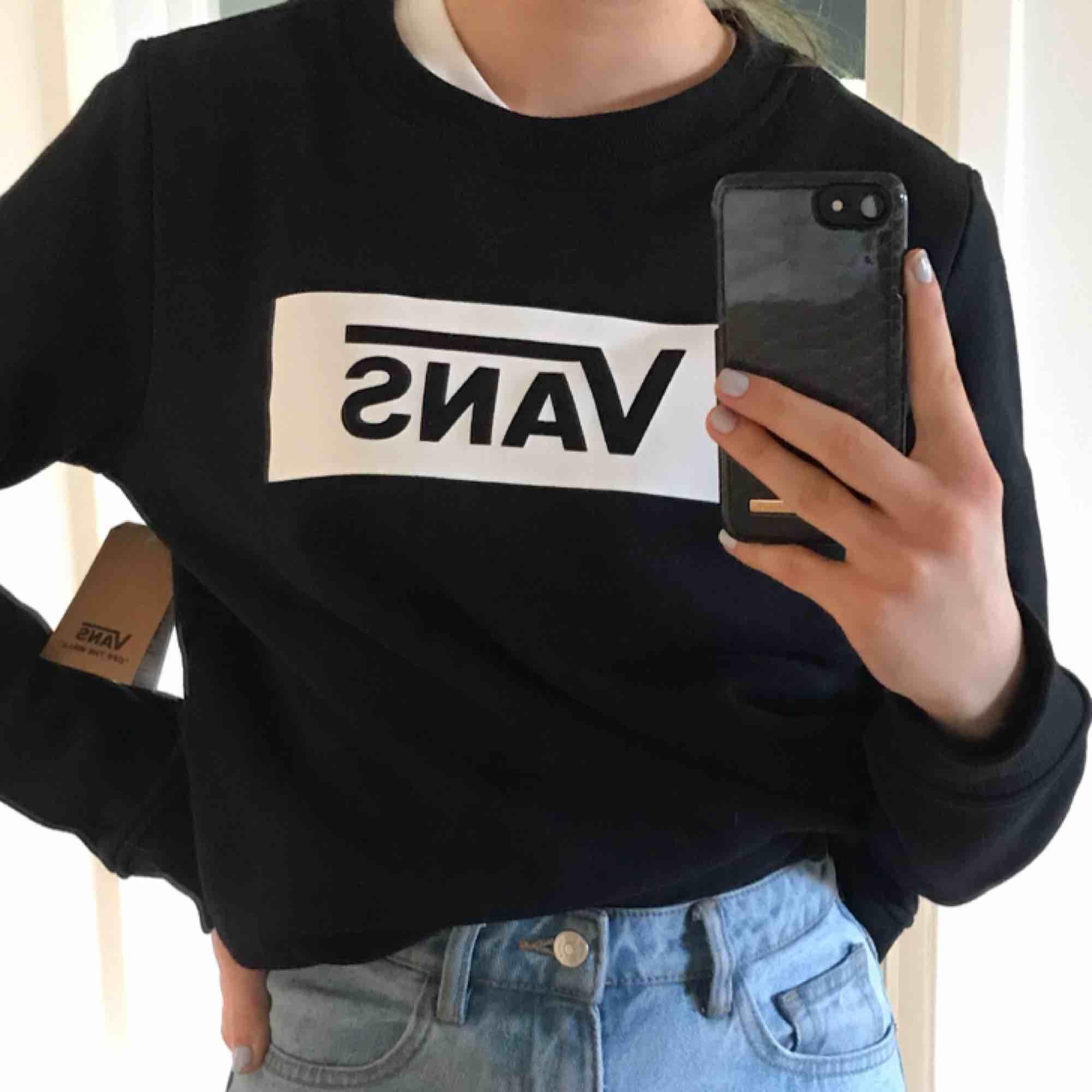 Helt ny och oanvänd VANS sweatshirt, prislappen kvar. Köpt för 550kr säljer för halva, 225kr! Storlek M passar som S. Huvtröjor & Träningströjor.