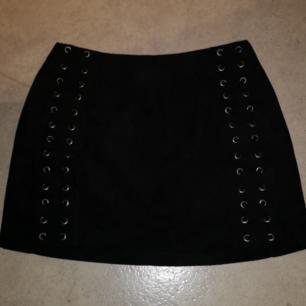 Jätte fin kjol i mocka material. Knappt använd. Säljs för att den är för liten.. Storlek XS. Finns i Skövde!