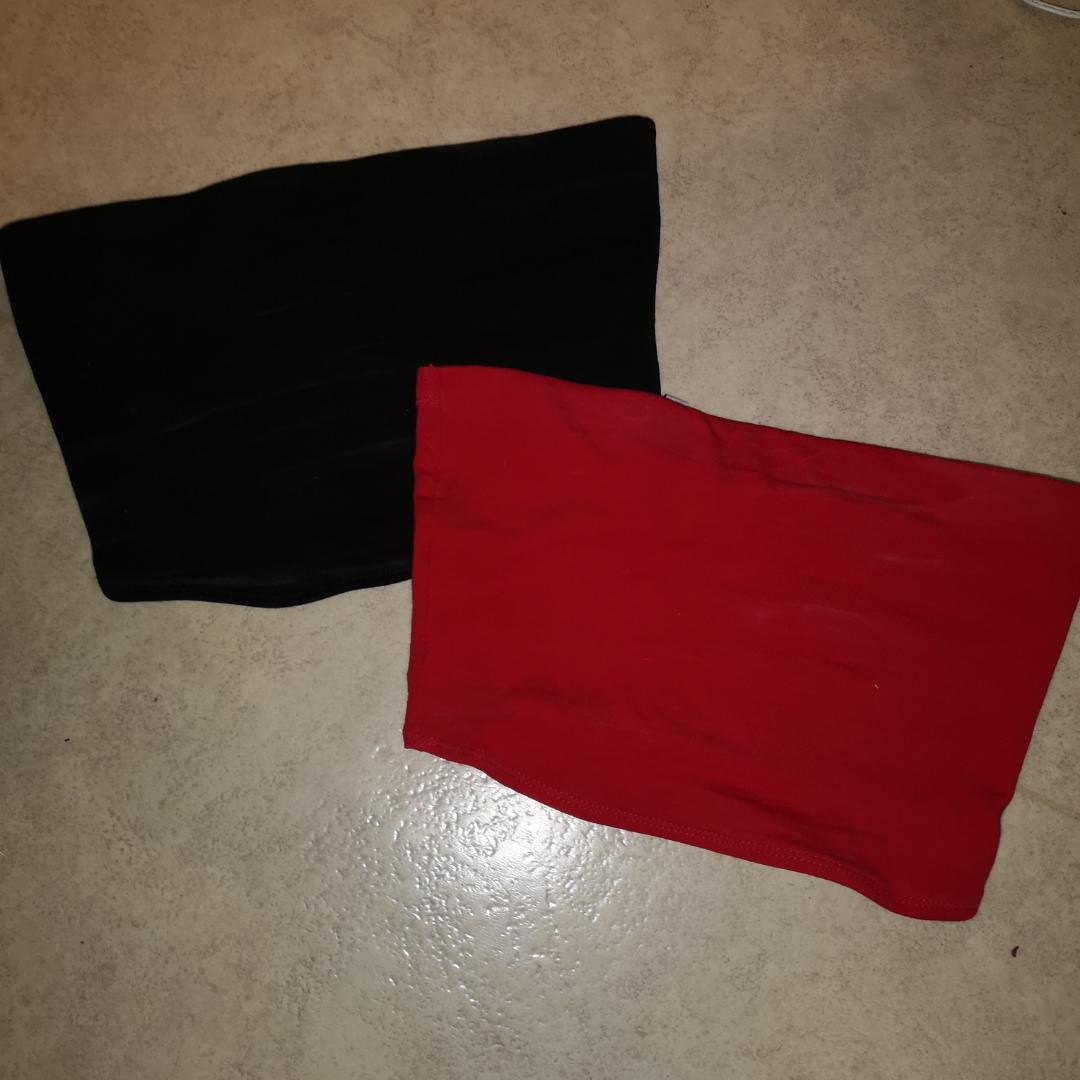 50kr för båda bandeau topparna, en röd och en svart i storlek XS. Aldrig använda, dock tagit bort prislapparna. Finns i Skövde! Fraktar inte . Toppar.