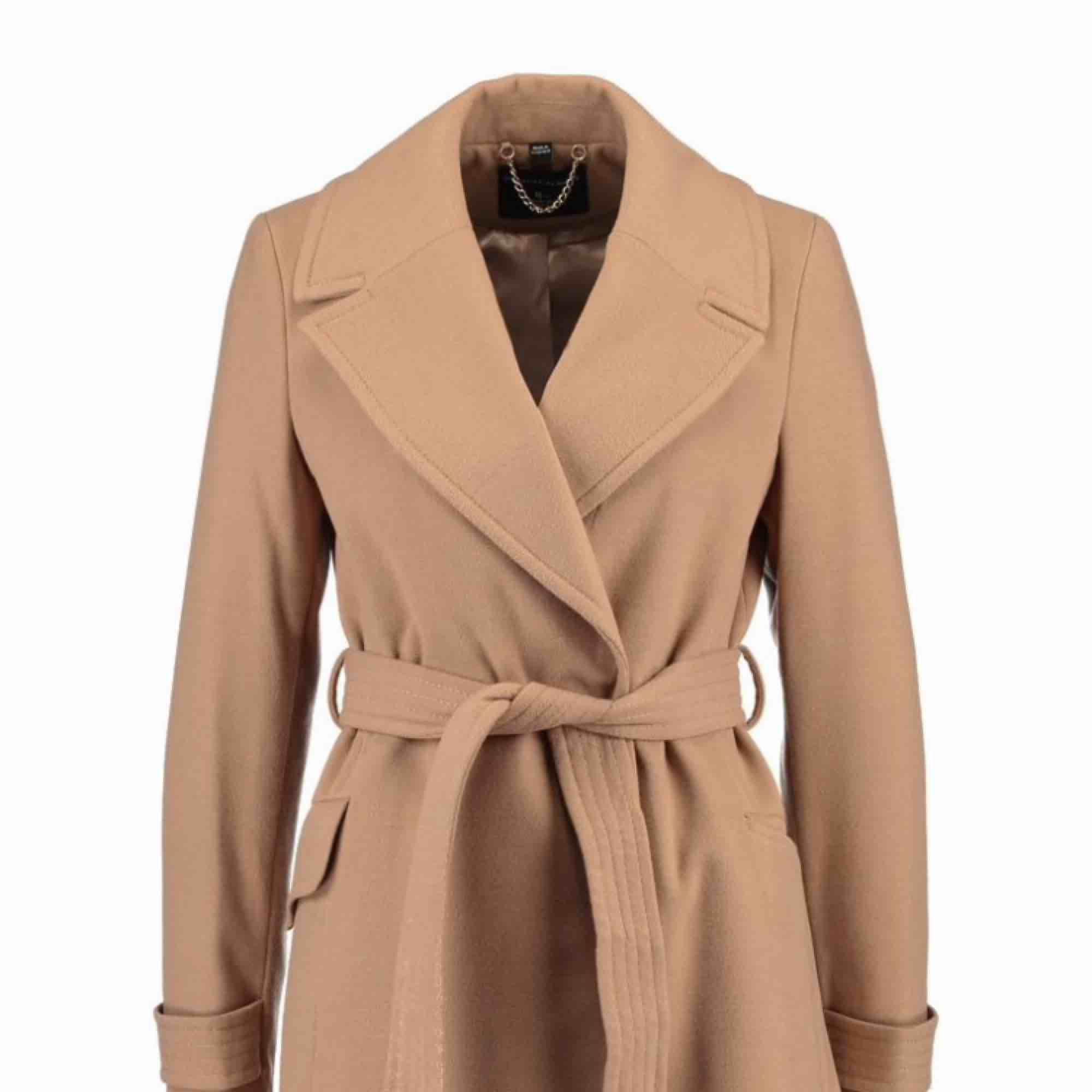 Säljer min Dorothy perkins kappa, den är varm och skön till när det blåser lite kallare ute så den är en perfekt vår/höst kappa som även funkar fint nu på sommaren!  Den är köpt för 900 och säljer för 600 , frakten är inräknad . Jackor.