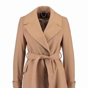 Säljer min Dorothy perkins kappa, den är varm och skön till när det blåser lite kallare ute så den är en perfekt vår/höst kappa som även funkar fint nu på sommaren!  Den är köpt för 900 och säljer för 600 , frakten är inräknad