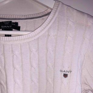 Vit tröja från GANT! Använd men är i ett bra skick. Frakt ingår!