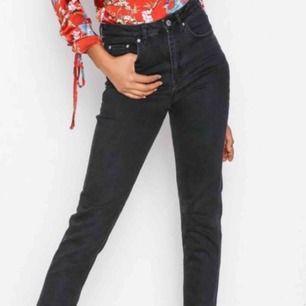 Säljer dessa populära jeans från ginatricot i mom jeans modell!! Kan tänkas gå ner i pris vid snabb affär.💞💞💞