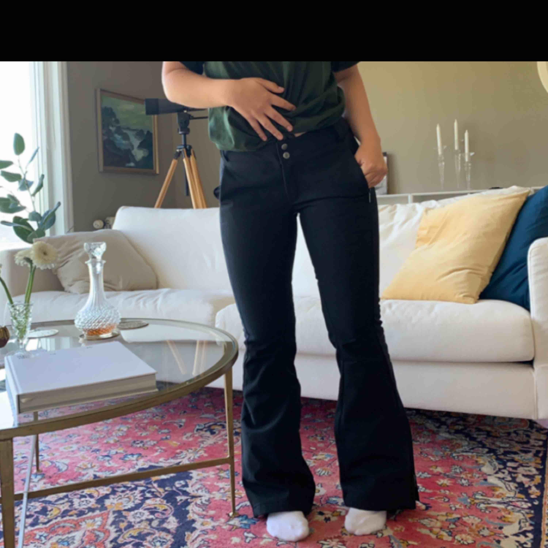 Skidbyxor ifrån märket columbia. Sjukt snygga och sitter jättebra. Är väldigt tighta. . Jeans & Byxor.