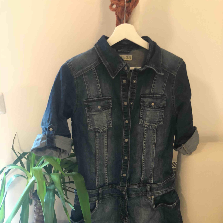 Jätte fin jeans klänning, storlek S. Kan passa M också.  Tung så frakten blir dyr. Kan hämtas upp i Uppsala . Klänningar.