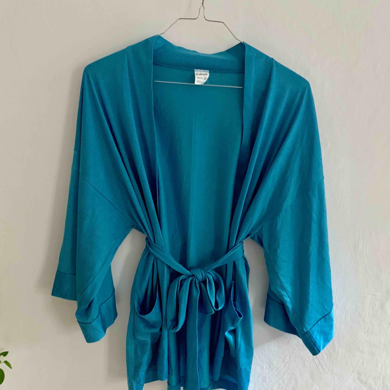 Klarblå kimono i supermjukt material. Övrigt.