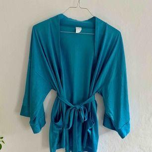 Klarblå kimono i supermjukt material