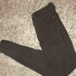 Militär gröna jeans från tally weijl Aldrig använda  Storlek 34  Går att skickas mot fraktkostnad