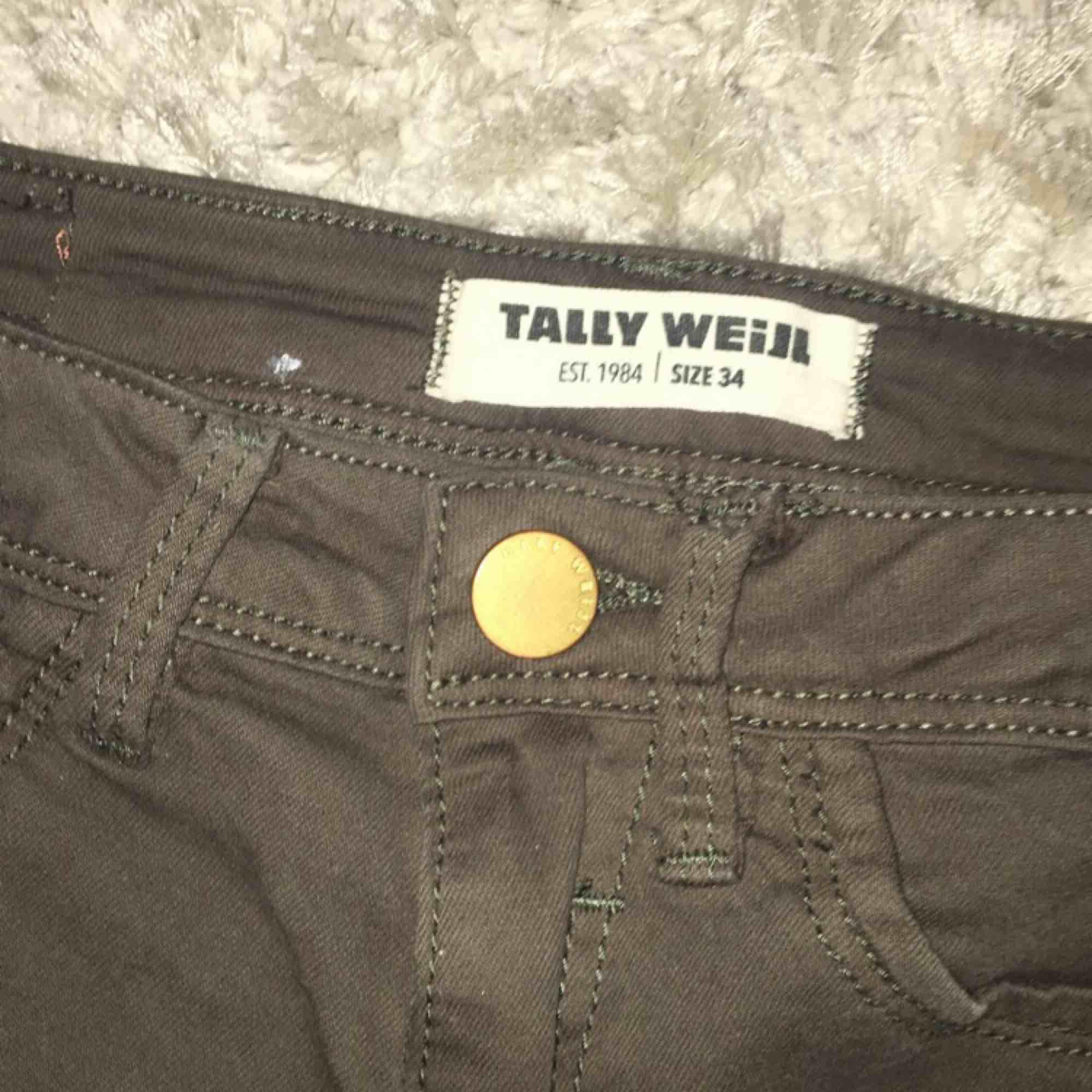 Militär gröna jeans från tally weijl Aldrig använda  Storlek 34  Går att skickas mot fraktkostnad. Jeans & Byxor.