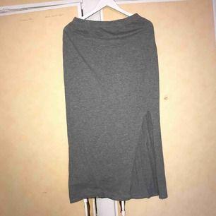 Long kjol strl L men den är kort för mig och jag är 1.64cm lång.