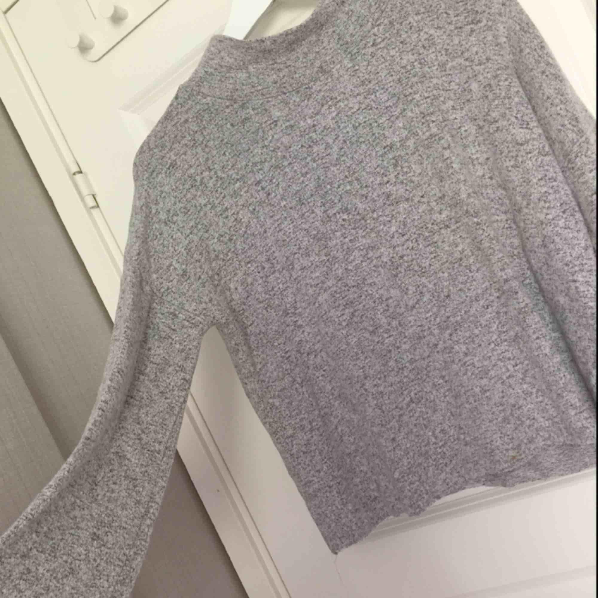 Grå tröja, den är inte så tjock så perfekt nu till sommaren. Fint skick ej nopprig.. Stickat.