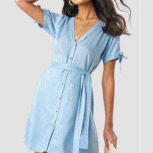 superfin klänning med knytning ifrån nakd! aldrig använd pga för liten. samma modell som den blåa på bilden, fast i vit. Gratis frakt! (orginalpris: 349kr)