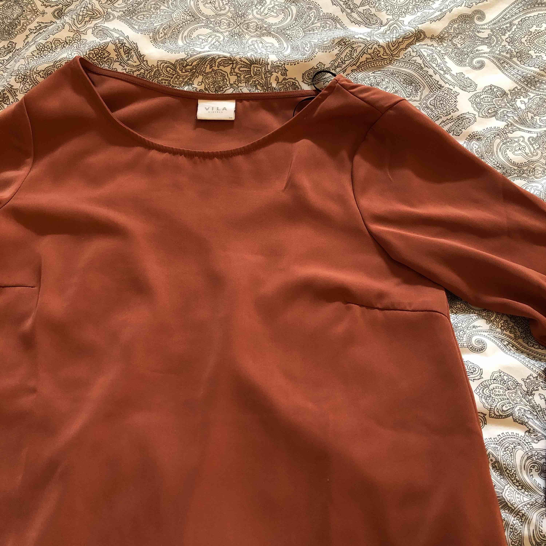 Hur fin blus som helst, färgen är med aprikos än vad det ser ut som på bilderna. Trumpet-arm med knyten vid armvecken. Använd fåtal gånger, men kommer aldrig till användning längre. Köparen står för frakt eller möts i Linköping. . Blusar.