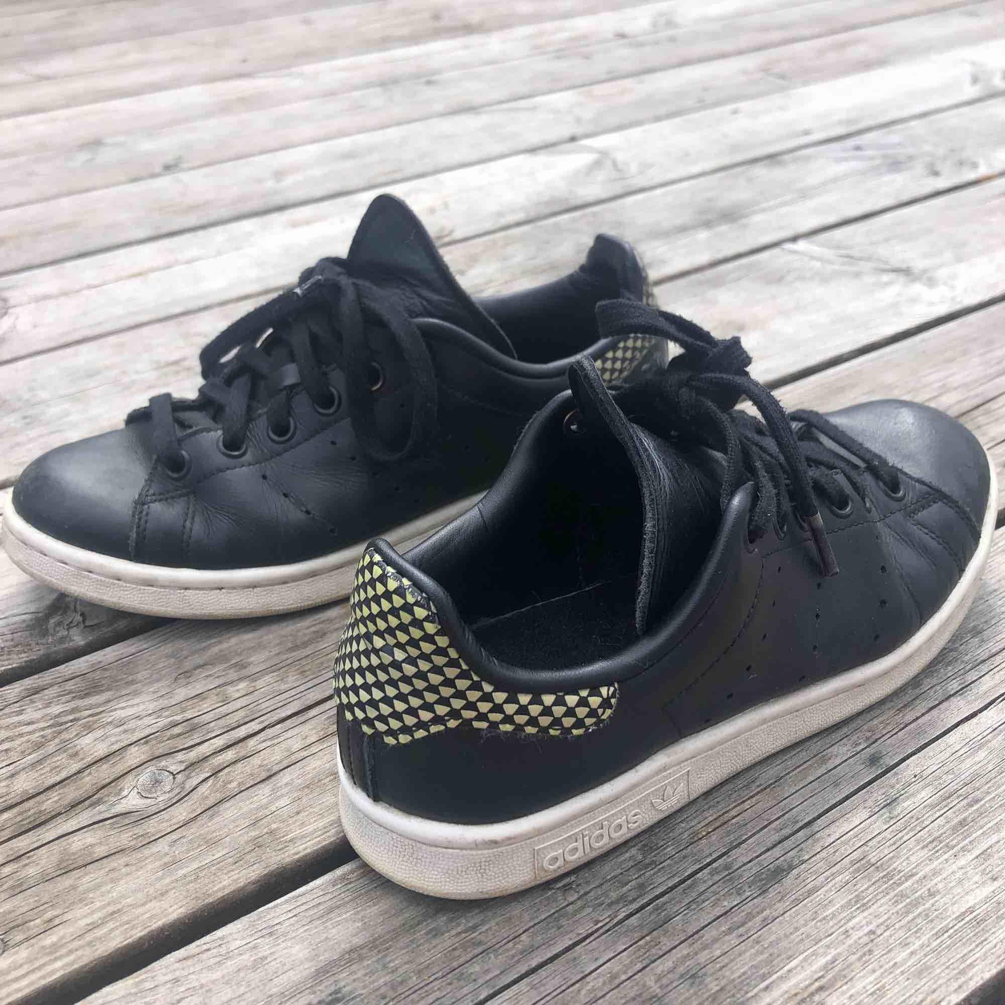 Adidas sneakers, fri frakt! Perfekta skorna året runt.. Skor.