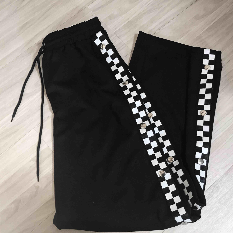 Coola byxor med gummiband i nyskick från Missguided. Alla knapparna funkar hela vägen upp. Säljer pga ej använder. Kan skicka fler bilder! Frakt tillkommer 🌹. Jeans & Byxor.