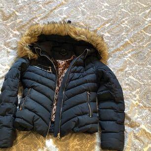 Mörkblå hollies jacka, köpt för omkring 3500kr. Använd en vinter & blivit lite sliten, men fortfarande i väldigt bra skick. Priset går att diskutera. Jag står för frakten & därför är det fri frakt för köparen.