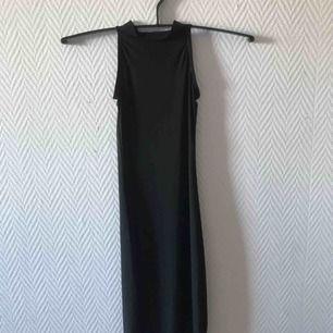 Svart kort klänning från boohoo.  Säljer pga för liten, aldrig använd (prislapp är kvar)  Kan mötas upp i Malmö annars står köparen för frakten