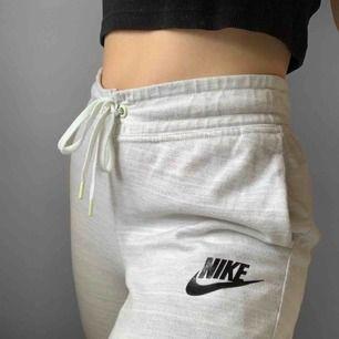 Superfina gråa mjukisbyxor från Nike storlek XS, vissa detaljer har blivit svagt färgade gröna, annars fint skick. Frakt kostar 55kr extra, postar med videobevis/bildbevis. Jag garanterar en snabb pålitlig affär!✨ ✖️Fraktar endast✖️