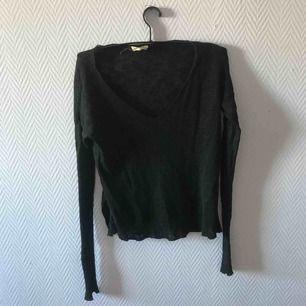 U ringad stickad tröja från Hollister. Säljer pga använder ej Kan mötas upp i Malmö annars står köparen för frakten