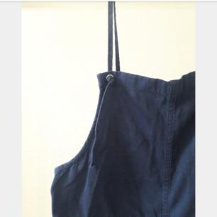 Marinblå shortsdress från monki, storlek xs. Passar mer som en s-m.