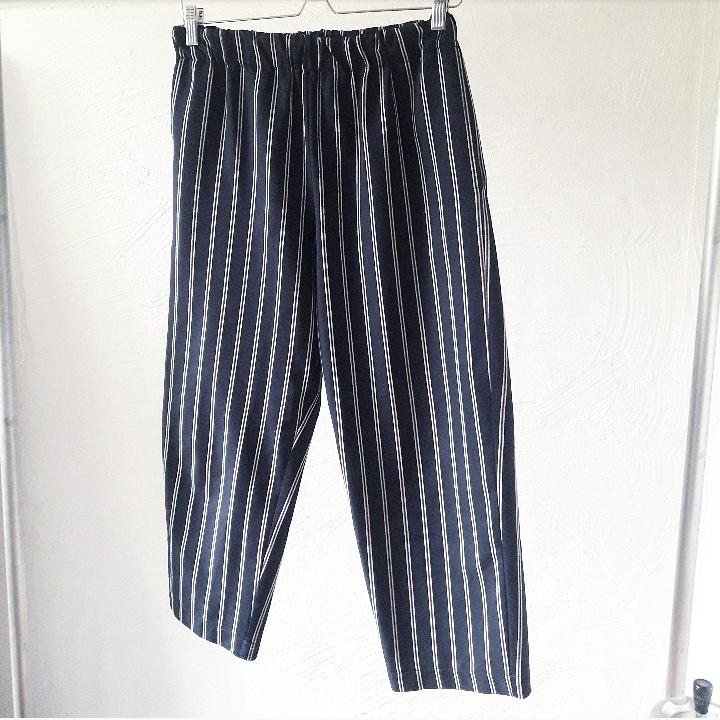 Svarta breda vintage byxor, med röda och vita ränder. Storlek small. Resår i midjan!. Jeans & Byxor.