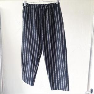 Svarta breda vintage byxor, med röda och vita ränder. Storlek small. Resår i midjan!