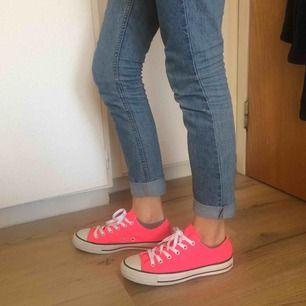 Neon rosa converse skor (äkta), Nästan helt oanvända, bra skick! Helt nya skosnören! Säljes pga för stora. Frakt tillkommer💗