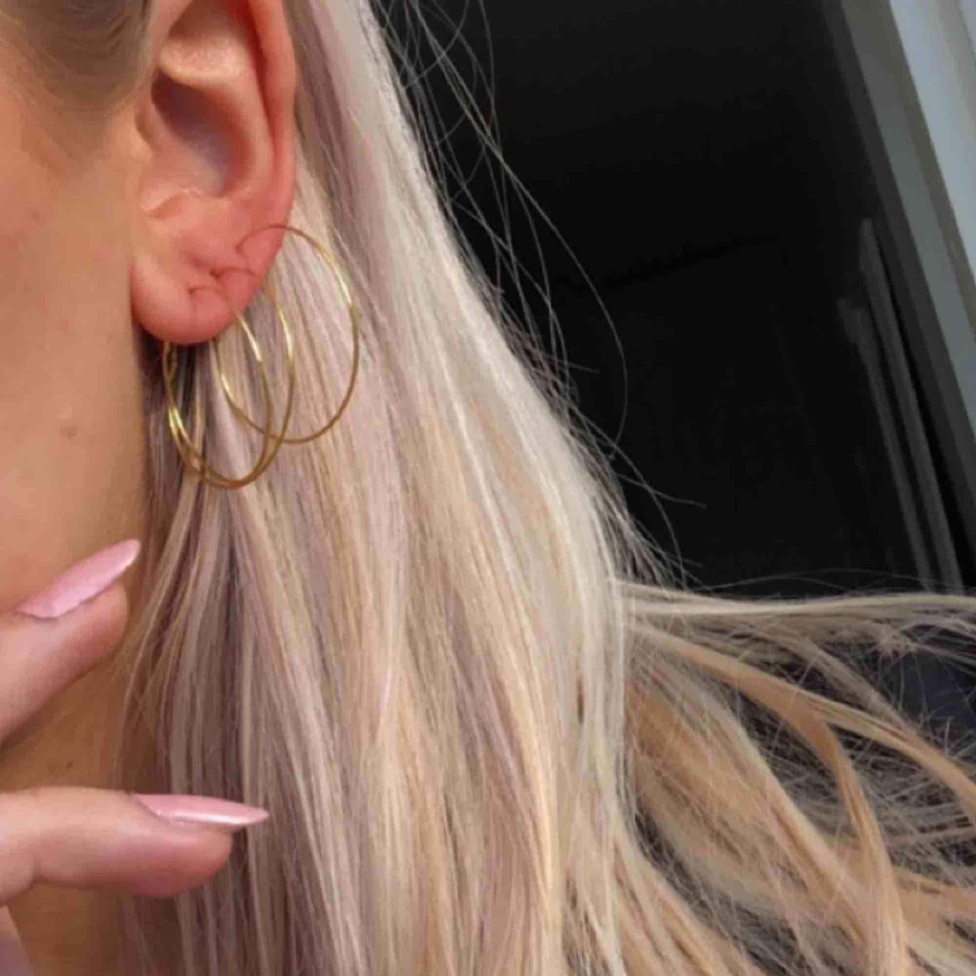 Oanvända, nya örhängen i perfekt skick! 5 kr frakt. 2 par för 45. Accessoarer.