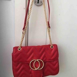 Röd väska från Lindex, köpt för 300kr, säljer för 200kr inkl frakt. Bra skick, aldrig använd.