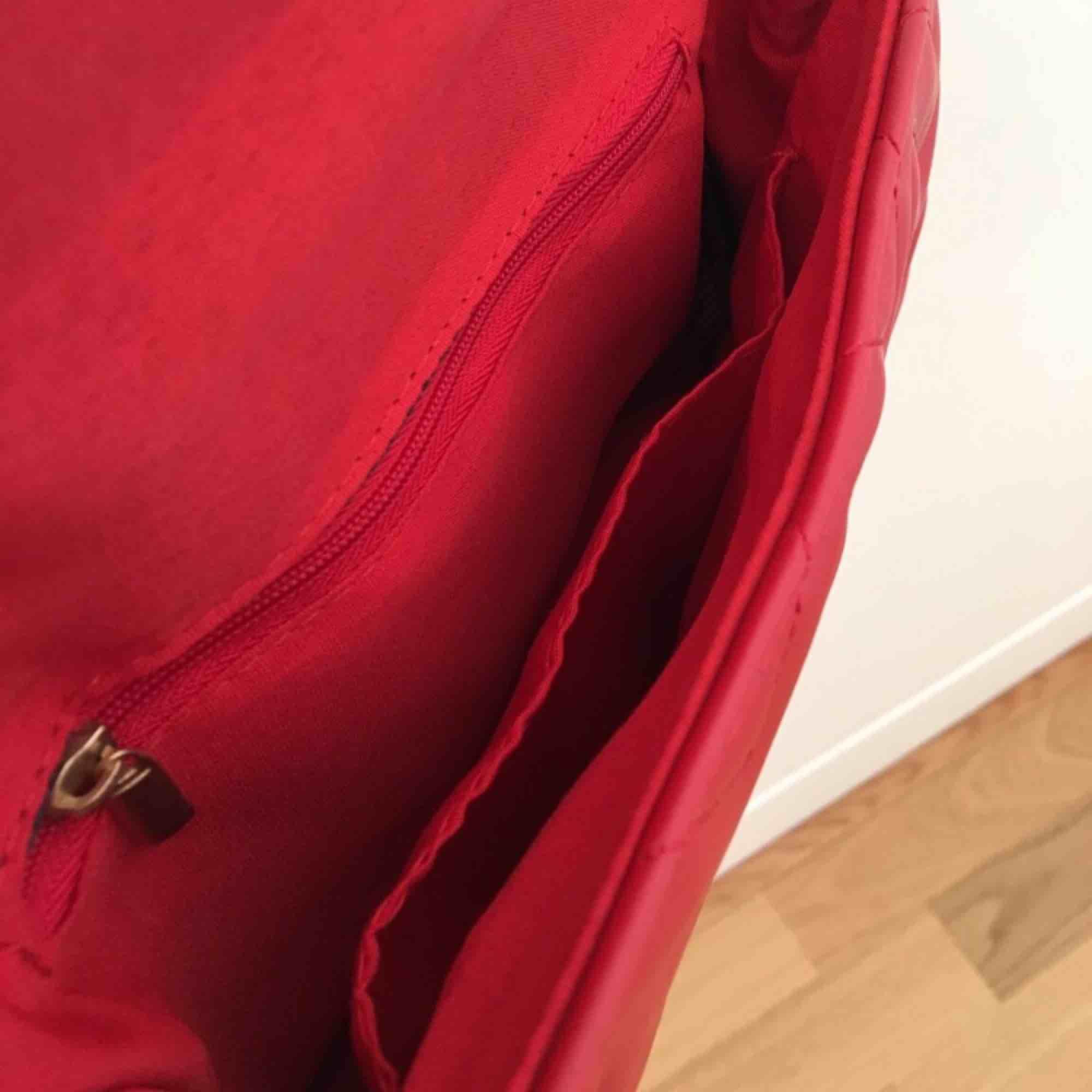 Röd väska från Lindex, köpt för 300kr, säljer för 200kr inkl frakt. Bra skick, aldrig använd. . Väskor.