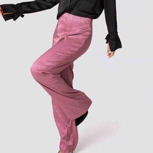 Ljusrosa byxor ifrån NA-KD, aldrig andvönda med lappen kvar! Kan fraktas